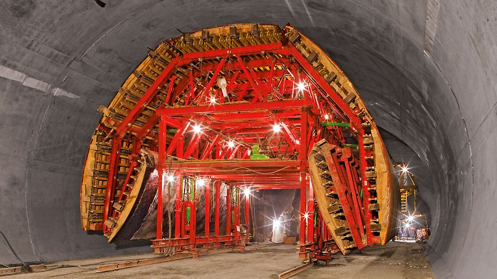 Bypass tunnel Sochi, Russia - Moving through the reduced standard cross-section resulted in lowering the formwork carriage construction by more than 1 m and folding up at the sides for a width of around 10 m.