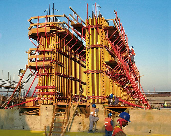 Tunnel Jumeirah Palm Island, Dubai, United Arab Emirates - System components from the VARIO GT 24 girder wall formwork system provided the ideal basis for all areas as the load-bearing GT 24 formwork girders could be used very flexibly.