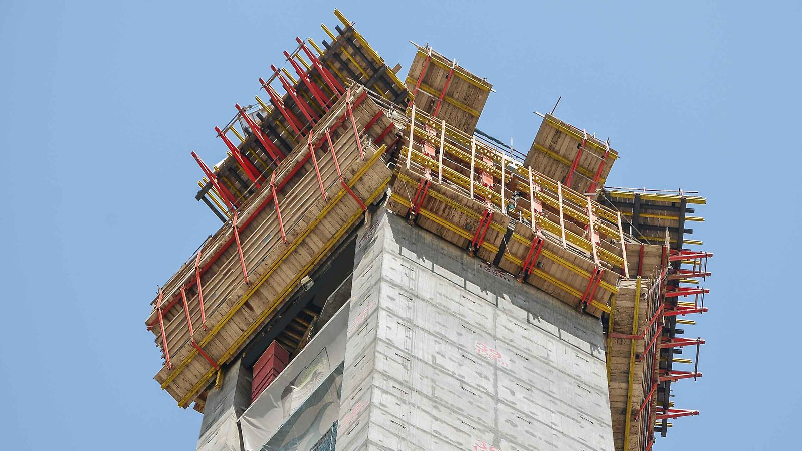 Climbing formwork solution for angular geometry of a gigantic frame