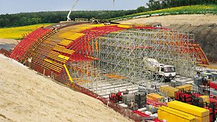 Deer crossing bridge Zehun, Czech Republic - PERI UP Rosett formed the falsework construction and was erected according to the type test. The tight construction schedule required support along the entire length of 75 m.