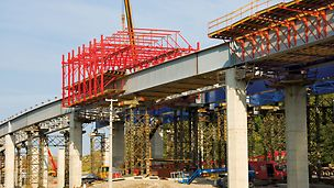 Tošanovice-Žukov Bridge, Ostrava, Czech Republic - The VARIOKIT steel composite carriage consisted of three main components: the formwork units, cross frames and the two longitudinal trusses.