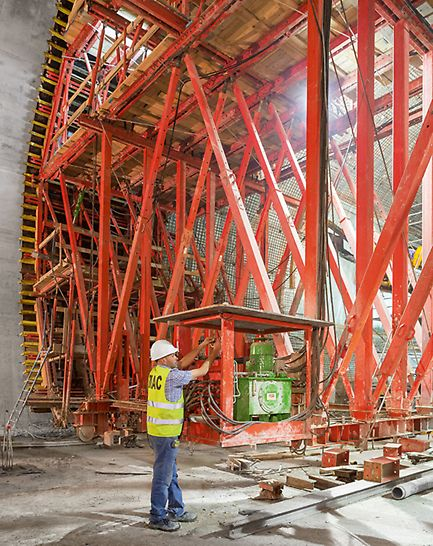 Metro extension, Algiers - Based on the VARIOKIT modular system, the PERI formwork carriage solution is tailored to meet all project requirements and is also hydraulically operated.