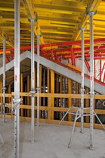 VitraHaus, Weil am Rhein, Germany - The MULTIFLEX platforms with the GT 24 lattice girders served both as slab formwork and working levels.