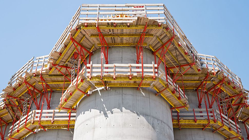 Grain Silo near Parma, Italy - Type-tested and a high level of safety in all operational areas: PERI CB 240 and CB 160 climbing scaffold systems on the inside and outside respectively.