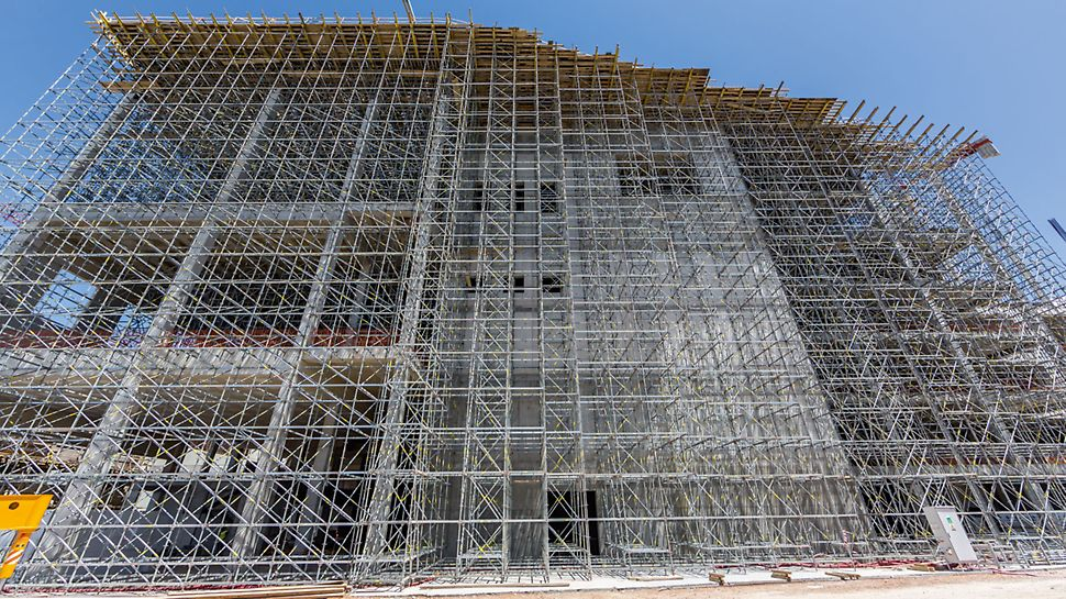 Continuous site supervision and a suitable logistic concept for the enormous amounts of scaffolding and formwork materials allow the tight schedule of the Stavros Niarchos Foundation Cultural Center project.