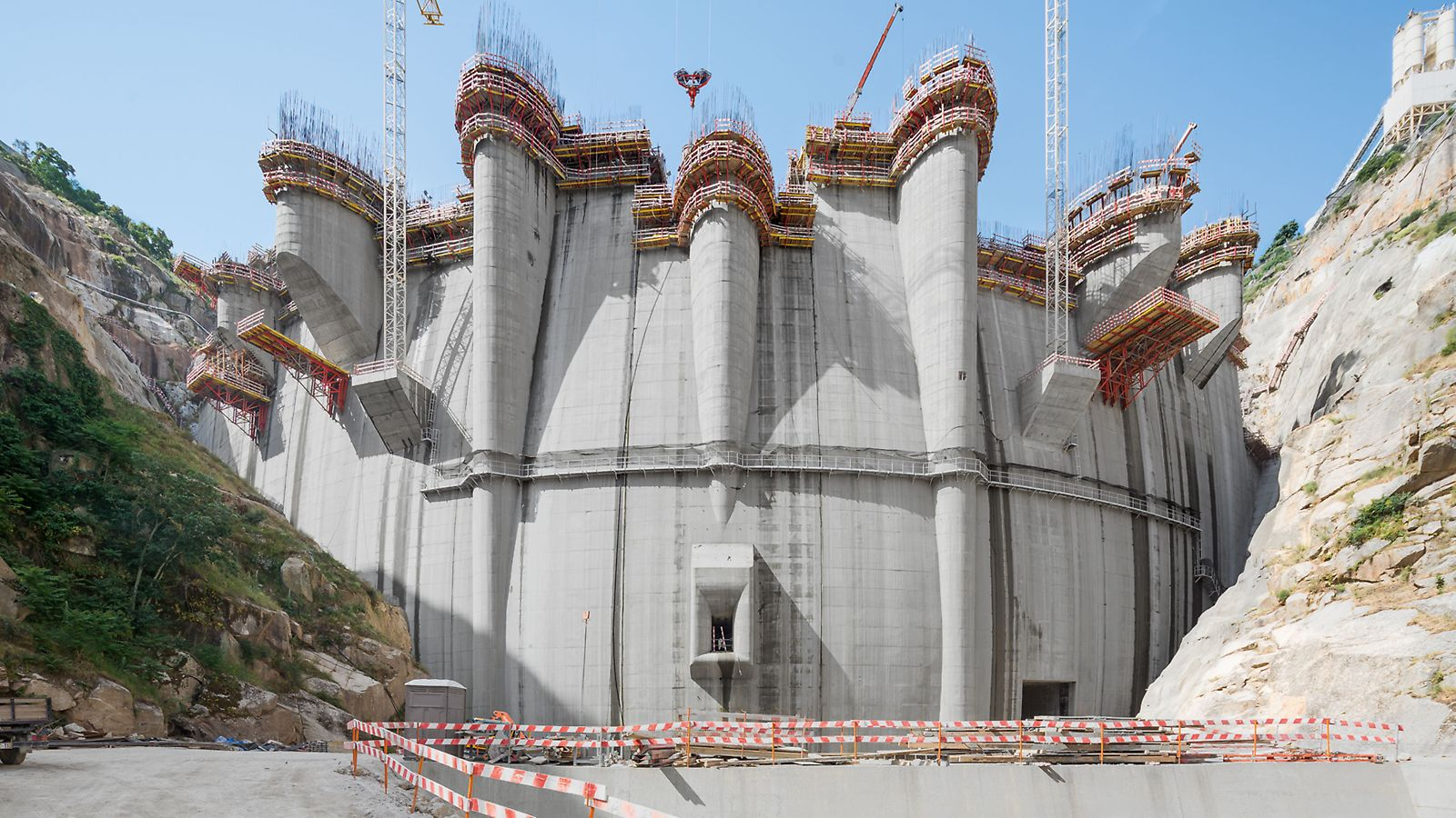PERI's engineers devised a solution of the SCS Climbing System and the VARIO GT 24 Wall Formwork for the double curvature dam.