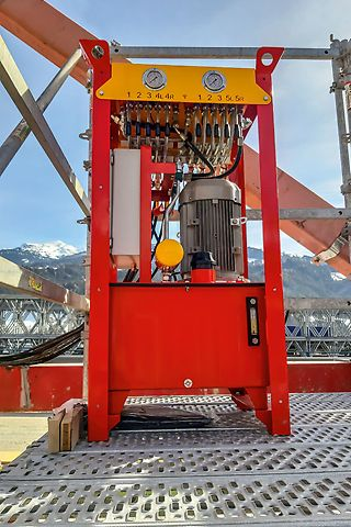 Thanks to the fully integrated hydraulics for moving and aligning the formwork, fast and simple to operate.
