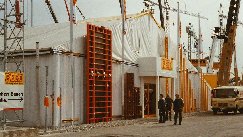 Die PERI TRIO Rahmenschalung mit BFD Schloss am Eingang des PERI Messezelts
