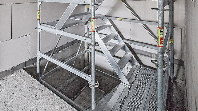 In shell construction, temporary staircases can be built with PERI UP. Through the 25-cm grid dimensions, all bays can be completely closed to offer maximum safety.