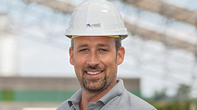 Voditelj gradnje prilikom izvedbe zaštitnog krova proizvodne hale u Gerolzhofenu.