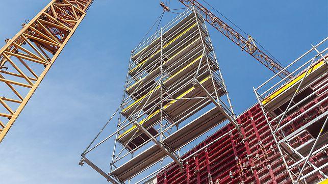 Selbsttragende Bewehrungsgerüste lassen sich auf der Baustelle für das Bewehren von Beton, Anbringen von Schalungen und beim Betonieren einsetzen. Die aus PERI UP Basiselementen zusammengesetzten Gerüste lassen sich durch zugfeste Verbindungen komplett durch einen Kran umsetzen.