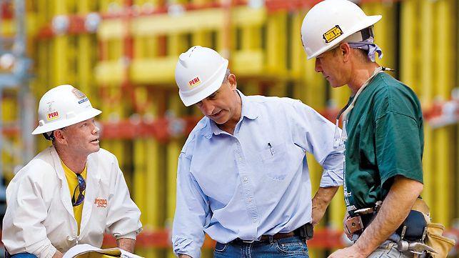 Gli ingegneri PERI studiano e pianificano le casseforme e le  impalcature tenendo conto dei requisiti tecnici necessari, delle condizioni contingenti durante l'impiego e delle esigenze specifiche dei clienti.