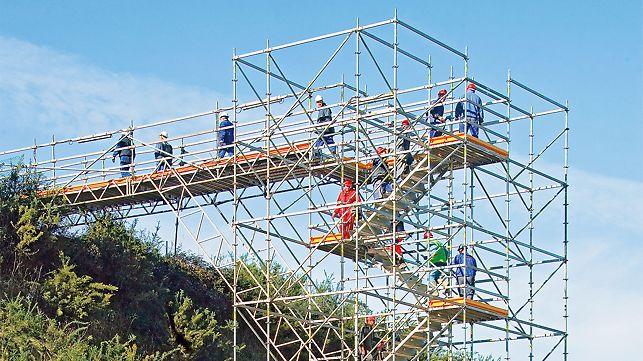 Die PERI UP Flex Treppe 100 ist ideal geeignet für Baustellenzugänge. Die maximale Verkehrslast eines Turms beträgt 40 kN.