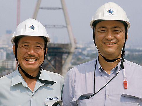 Akira Mihashi, vedoucí projektu a Hirobumi Kono, stavbyvedoucí