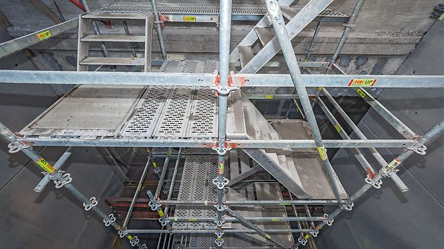 In der Sanierungsphase werden aus den PERI UP Basiskomponenten Bau- und Ausbautreppen. Stiele, Riegel und Beläge ergänzt um die leichten PERI UP Flex Treppenläufe erlauben eine vielfältige Anpassung an die vorhandenen Treppenlöcher.