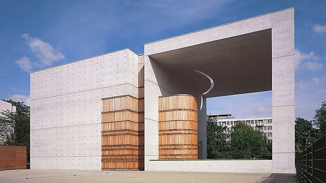 St. Cansius Kirche bei Berlin: Auf die Schalhaut aufgenagelte Matrizen-Teile ergaben einen einwandfreien Abdruck im Beton.