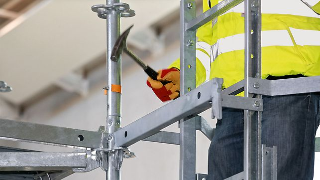Zugänge zu hochgelegenen Plattformen. Einhängen des Leiteraufstiegs mit Kran, danach Keile festschlagen.