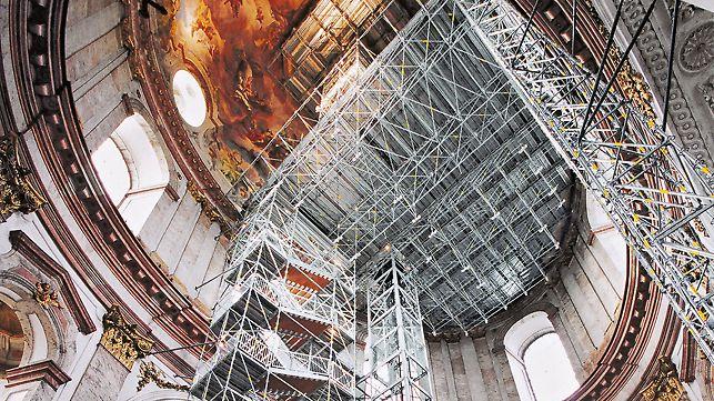 Treppenturm im Inneren einer Kirche, der als Fluchttreppe bei einem Ausfall des elektrischen Aufzuges dient.