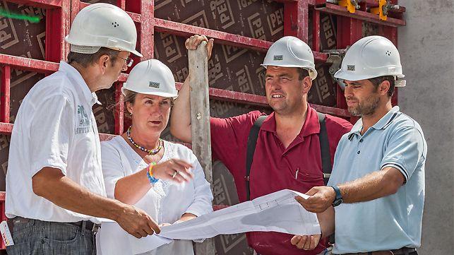 Foto van Meinrad Kopp, opdrachtgever/bedrijfsleider, samen met PERI technisch commercieel adviseur Richard Wetzel, architecte Monika Veser en aannemer Hubert Neubrand