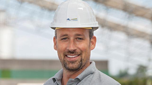 Šef gradilišta prilikom izrade zaštitne krovne konstrukcije za proizvodnu halu u Gerolzhofenu.