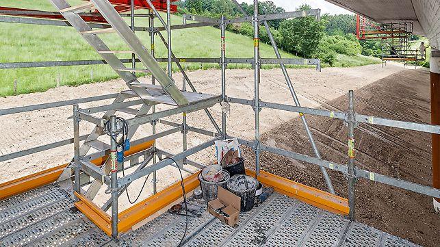 Die abgehängten und bis zu 5 m auskragenden Arbeitsplattformen wurden derart konzipiert, dass die komplette Brückenuntersicht im Kragarmbereich zugänglich und zu bearbeiten war. Eine integrierte Gerüsttreppe sorgte für die schnelle und komfortable Erreichbarkeit der unterschiedlichen Arbeitsebenen.