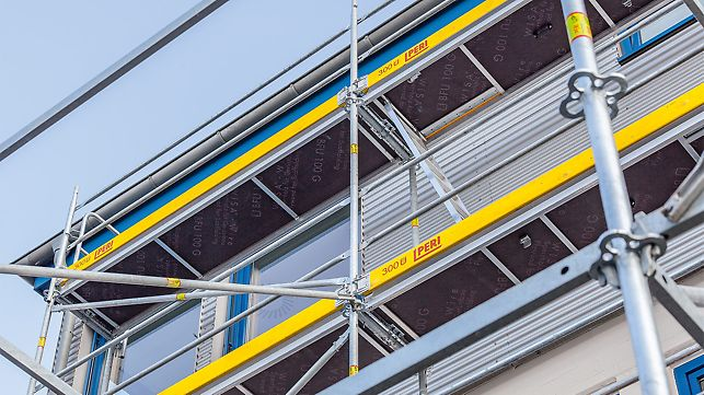 Durchstiegbelag mit Leiter im Fassadengerüst
