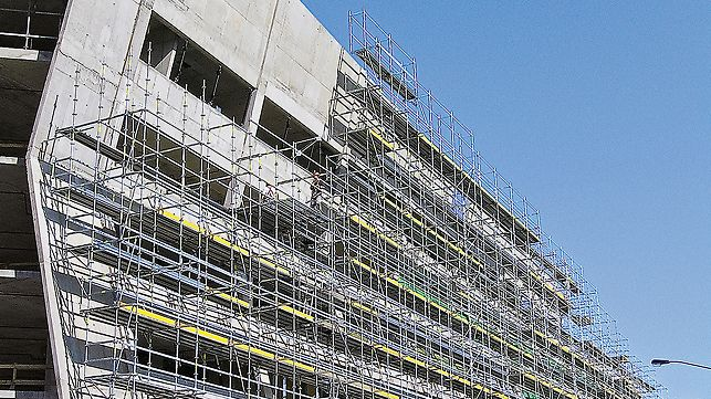 The flexible PERI UP makes facade scaffolding also possible for complex types of architecture with cantilevers or inclined outer walls. Due to the flexible Rosett nodes and ledgers and decks in 25-cm increments, hardly any additional couplers are necessary.