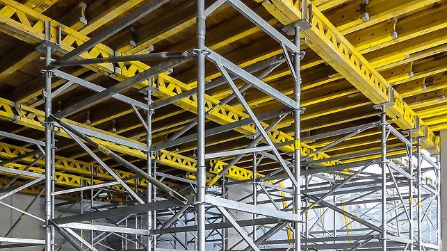 Stütztürme für den Abtrag hoher Lasten können durch die PERI UP Module in leichten Einzelteilen montiert werden. Durch die stabile Verankerung der Horizontalriegel und Beläge können vormontierte Teile komplett per Kran versetzt werden.