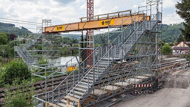 Einläufige Treppe in der Breite von 250 cm. Die Podeste sind nach jeweils 18 Treppenstufen angeordnet.