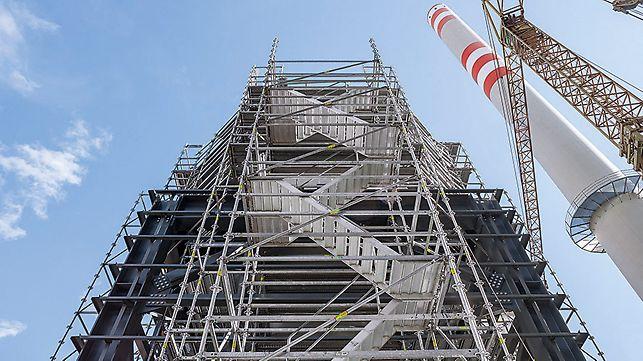 Gegenläufige Gerüsttreppen bieten eine große Kopffreiheit und kurze Laufwege bei hohen Aufstiegen.