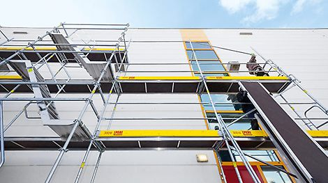 """Das Fassadengerüst PERI UP Easy ist ein """"Leichtgewicht"""" unter den Stahl-Fassadengerüsten. Es steht für eine schnelle und einfache Montage, extrem hohe Sicherheitsstandards für jede Anwendung und überzeugt durch pfiffige Detaillösungen."""