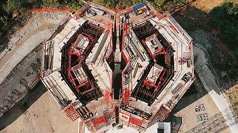 Die 2,5 km lange Schrägseilbrücke in Frankreich wird mit einer Stahlsonderschalung hergestellt, die taktweise mit Hilfe des ACS Selbstklettersystems nach oben steigt. Zu diesem Zeitpunkt ist es die längste Schrägseilbrücke der Welt.