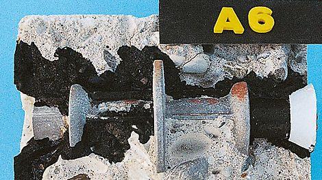 Als sehr häufiger Einbaufehler erweist sich das Arbeiten mit Hüllrohren auf den beiden Spannstäben neben dem Einbauteil. Über die durchlässigen Rohre kann das Wasser bis zur Wandmitte laufen und das teure Wasserstoppmittelteil verliert seine Wirkung.