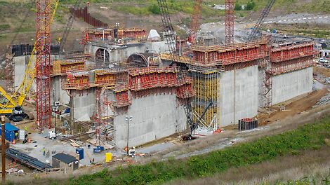 Smithland Hydroelectric Power Plant - For constructing the power plant walls, the single-sided SCS climbing system is being used. The loads are transferred – without formwork ties – via the brackets in the climbing anchor of the previous concreting section.