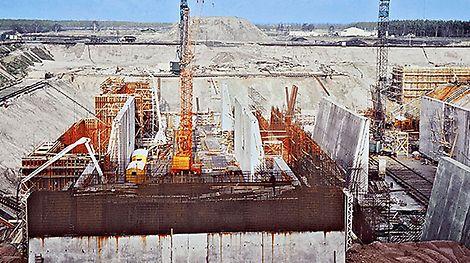 Das weltweit größte Doppelsenkrecht-Schiffshebewerk bei Lüneburg, Deutschland, verbindet Mittellandkanal und Elbe über einen Höhenunterschied von 38 m. Es ist der erste Großauftrag für PERI. Für den Bau werden T 70 Schalungsträger in Überlänge verwendet.