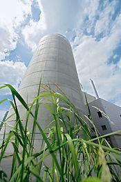 La centrale a biomasse nella sede PERI di Weissenhorn produce calore ed energia per l'intero stabilimento e per alcune case circostanti