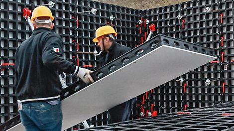Auf der bauma 2016 stellt PERI erstmals die Weltneuheit DUO vor, hergestellt aus einem Verbundwerkstoff aus Technopolymeren. DUO ermöglicht flexibles Schalen von Wänden, Säulen und Decken mit nur einem System und ohne Kran.
