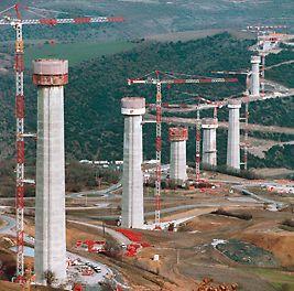 Viadotto autostradale di Millau, Francia - Sette pile di ponte in cemento armato, le più alte del mondo, realizzate con il sistema di ripresa autosollevante PERI ACS.