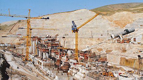 The movable SKS Single-Sided Climbing Formwork begins its international success story with the construction of the world's third largest dam in Turkey. Suksessen med den ensidige klatreforskalingen SKS begynte under oppføringen av verdens tredje største demning i Tyrkia.