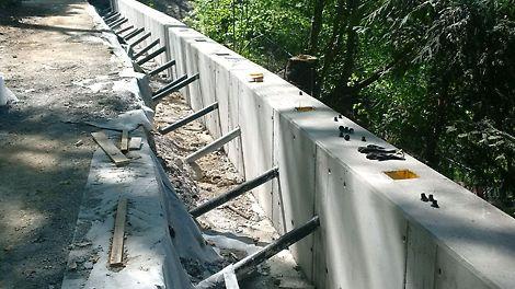 Bekisten van een scheidingsmuur voor het bouwen van een keerwand met PERI DUO.