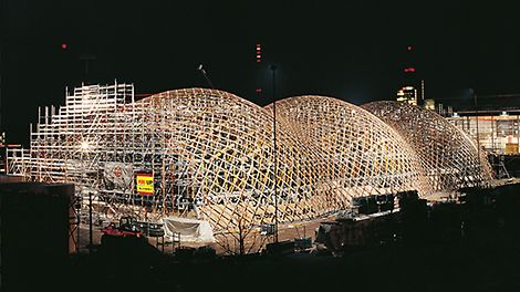 At the Expo 2000 in Hannover, the Japan Pavilion causes a sensation due to its construction being made of paper rolls. PERI UP scaffolding and MULTIPROP shoring enable a secure and precise erection of the paper roll construction. Under Expo 2000 i Hannover, skaper den japanske pavilijongen en sensasjon grunnet en konstruksjon laget av papirruller. PERI UP stillas og MULTIPROP dekkestøtter sikret en sikker og presis reisning av papirrullkonstruksjonen.