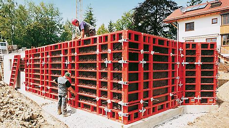 The universal TRIO Wall Formwork system is launched and convinces with few different individual components. It stands for fast forming and becomes the market-leading system within a few years. Det universale veggforskalingssytemet TRIO blir lansert og overbeviser markedet med få indivudelle deler som resulterer i raskere monteringstider. TRIO blir etter få år et markedsledende system.