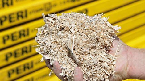 Ein Symbol für nachhaltiges Handeln bei PERI: Holzspäne, die in der Trägerfertigung als Abfallprodukt anfallen, speisen unser Biomasseheizkraftwerk in der Zentrale in Weißenhorn. Es entstehen Wärme und Strom für den gesamten Standort und für umliegende Haushalte.