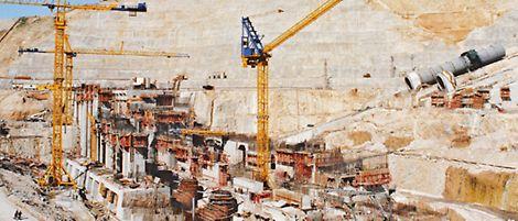 La costruzione della diga di Atatürk, Turchia nel 1985 con la cassaforma a ripresa senza tiranti SKS