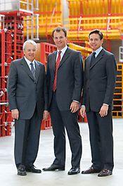 Consiglio di amministrazione nel 2007: il fondatore della Società Artur Schwörer (deceduto nel 2009) con i figli Alexander e Christian.