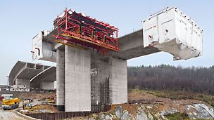 Chachenka Motorway Bridge, Moscow, Russia - The 22.25 m wide superstructure sections were constructed with section lengths ranging from 3.40 m to 4.10 m in regular 10-day cycles.