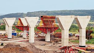 Trmice Motorway Bridge, Aussig, Czech Republic - For the 1,083 m long Trmice motorway bridge near Aussig in the Czech Republic, 59 piers were cost-effectively formed using PERI formwork.