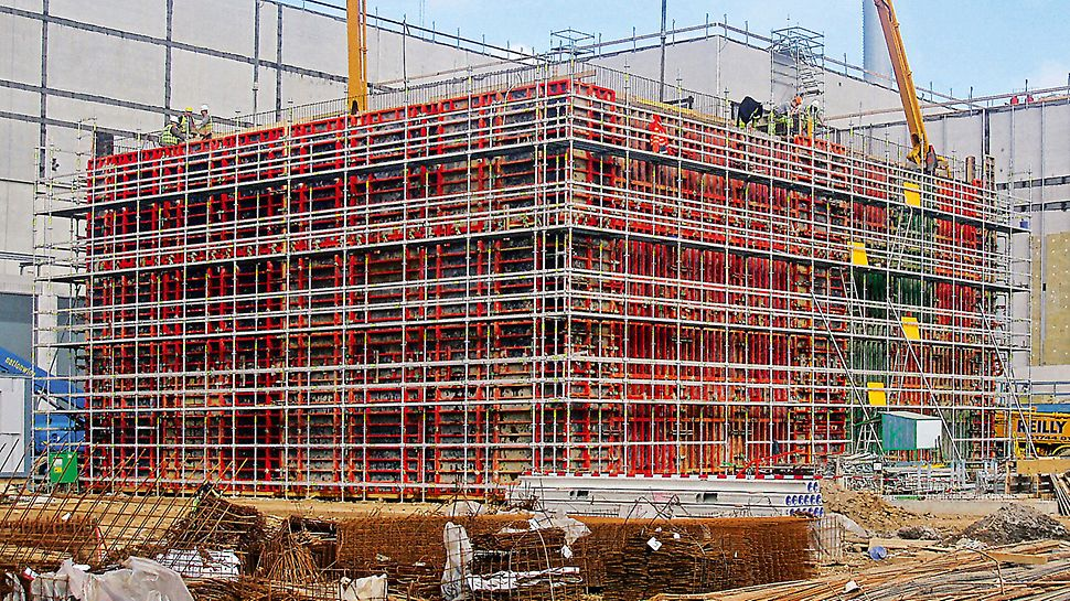 Palm paper mill, King's Lynn, Great Britain - For safe forming, reinforcement and concreting of the 9.90 m high wall, a PERI UP Rosett working scaffold was used.