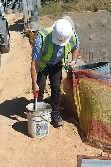 The PERI SONO WZ analyzer consists of a measuring probe and a hand-held transmitter with a display. The fresh concrete measurements are carried out in a common plastic bucket.