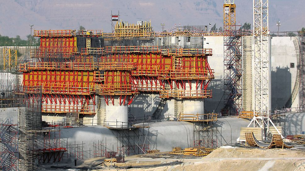 Nile river barrage Naga Hammadi, Egypt - The variable VARIO girder wall formwork, together with SKS climbing scaffold, formed large area transportable units.